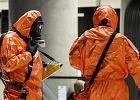 Skafandry zabezpieczaj�ce przed zagro�eniem chemicznym. Podobne skradziono ze szpitala w Pary�u