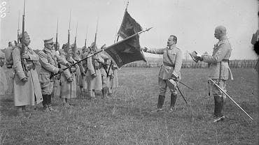 Na górze: Gen. Józef Haller (1873-1960) składa przysięgę, obejmując dowództwo Armii Polskiej we Francji. Haller dotarł do Francji z Murmańska w lipcu 1918 r., a 4 października Komitet Narodowy Polski, oficjalny reprezentant polskich interesów na Zachodzie, powierzył mu dowództwo nad Błękitną Armią. Swą nazwę zawdzięczała niebieskim mundurom (z prawej), w które ubrali ją Francuzi
