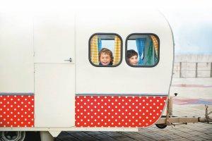 Kamper, przyczepa kempingowa czy namiot?