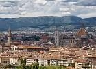 Zachwyca monumentaln� architektur�, czego najlepszym przyk�adem jest Katedra Santa Maria del Fiore. Mimo �e miasto liczy ponad 300 tys. mieszka�c�w, w og�le nie czuje si� jego wielko�ci. G�st� sie� uliczek chyba o ka�dej porze roku wype�niaj� tury�ci, a przynajmniej mo�na ich tu spotka� jeszcze jesieni�, kiedy temperatura powietrza przekracza 20 stopni C. We Florencji opr�cz katedry obowi�zkowo trzeba zobaczy� jeszcze Ponte Vecchio, Most Z�otnik�w, na rzece Arno.
