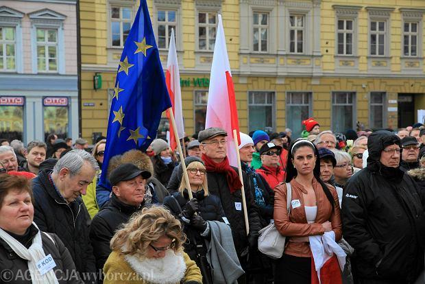 http://bi.gazeta.pl/im/94/70/12/z19335316Q,Komitet-Obrony-Demokracji---manifestacja-12-grudni.jpg