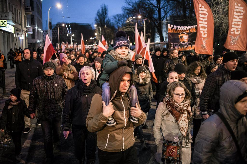Marsze ONR-u czy Młodzieży Wszechpolskiej to nie tylko manifestacje ''łysych osiłków''. Idą w nich też wykształcone kobiety a czasem całe rodziny (fot. Jakub Orzechowski / Agencja Gazeta)