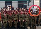 Macierewicz przemawia na pikniku NATO. Wtedy nad głowami żołnierzy pojawia się ten napis