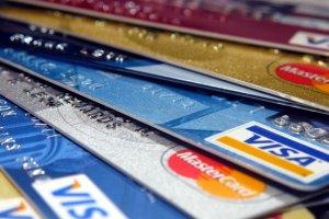 Płacenie kartą za granicą: z kartą bezpieczniej, a czasami też taniej