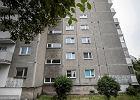 """7-latka w Łodzi widzi, że """"coś leci z okna domu"""". Orientuje się, to jej 2-letni braciszek"""