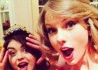 """Taylor Swift w�a�nie odkry�a, �e ma sobowt�ra. """"My�la�am, �e to ja!"""" podpisa�a zdj�cia. Ok, my te� si� nabrali�my. S� identyczne!"""
