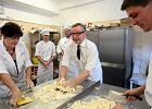 Brytyjski minister w Warszawie. Wyrabia ciasto w szkole