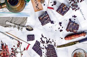 Ciasto czekoladowe z tahiną w glazurze z tahiny i pomarańczy