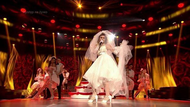 W programie 'Twoja Twarz Brzmi Znajomo' usłyszymy hit 'Like a Virgin', którego autorką jest Madonna. W słynną wokalistkę wcieliła się... Ruda z Red Lips! Prawda, że nie można jej rozpoznać?