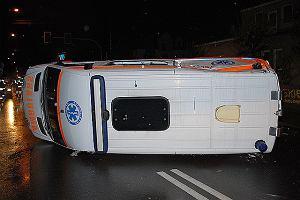 Karetka pogotowia uderzy�a w trzy samochody. Cztery osoby ranne