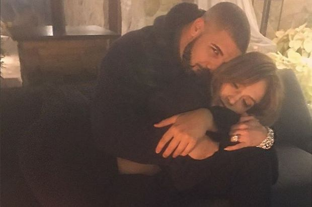 Jennifer Lopez Sylwestra spędziła ze swoim nowym chłopakiem (?), Drakiem, który tego wieczoru dawał koncert w ekskluzywnym klubie w Las Vegas. Jednak część mediów twierdzi, że nawet to nie jest dowód na rosnącą zażyłość pary.