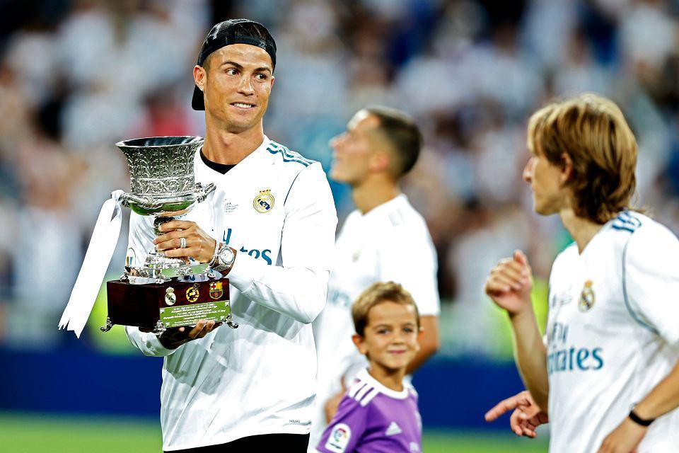 Cristiano Ronaldo z trofeum. Real Madryt wygrywa Superpuchar Hiszpanii