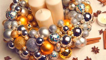 Nie wszystkie bombki musimy wieszać na choince... Jeśli cenisz sobie indywidualizm we wnętrzu i własnoręcznie przygotowane dekoracje, samodzielnie stwórz świąteczną ozdobę. <BR /> ZRÓB TO SAM. Do wianka możesz dodać wstążkę i powiesić go w wybranym miejscu lub możesz położyć go na stole i dodać do niego świece, dzięki czemu ozdoba rozświetli świąteczny stół szykownym blaskiem.