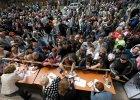 Referendum w okr�gu donieckim pod lufami ka�asznikow�w. Separaty�ci z tysi�cami wype�nionych kart do g�osowania