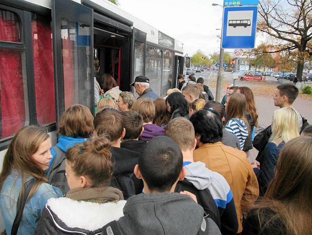 Przystanek przy Petropolu, godz. 14.20, autobus linii P4 zaczyna sw�j kurs