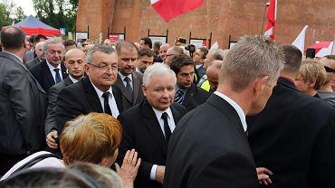 Jarosław Kaczyński z ochroną podczas wizyty na Wawelu (fot. Mateusz Skwarczek / Agencja Gazeta)