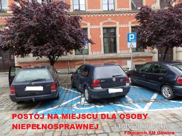 Zdjęcie numer 0 w galerii - Mistrzowie parkowania znów dali o sobie znać. Naszymi faworytami kierowcy dwóch volkswagenów [ZDJĘCIA]