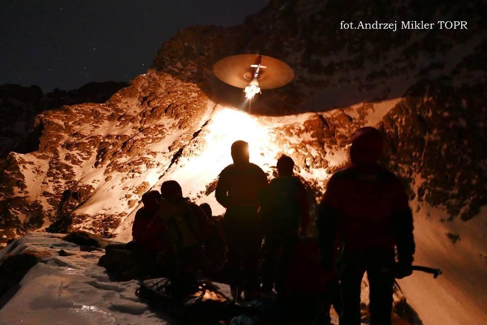 Akcja TOPR. Słowacki śmigłowiec zabiera mężczyznę do szpitala w Zakopanem. Zdjęcie wykonane przez uczestnika akcji, ratownika TOPR Andrzeja Miklera