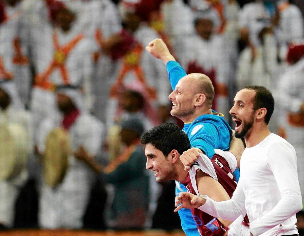 Bramkarz Kataru Danjel Saric, z prawej Kamalaldin Mallash, z lewej Abdulla Al-Karbi cieszą się ze zwycięstwa z Niecami