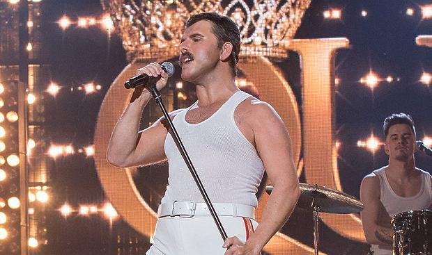 """Znany wykonawca disco polo, Sławomir Zapała zaprezentował swój wokalny talent podczas ostatniego odcinka show """"Twoja Twarz Brzmi Znajomo"""", emitowanego przez Polsat. Muzyk, niczym prawdziwy Freddie Mercury fenomenalnie zaprezentował utwór grupy Queen. I kto by pomyślał, że oprócz polskich fanów przed telewizorami, występ Sławomira zobaczy też....sam gitarzysta Queen!"""