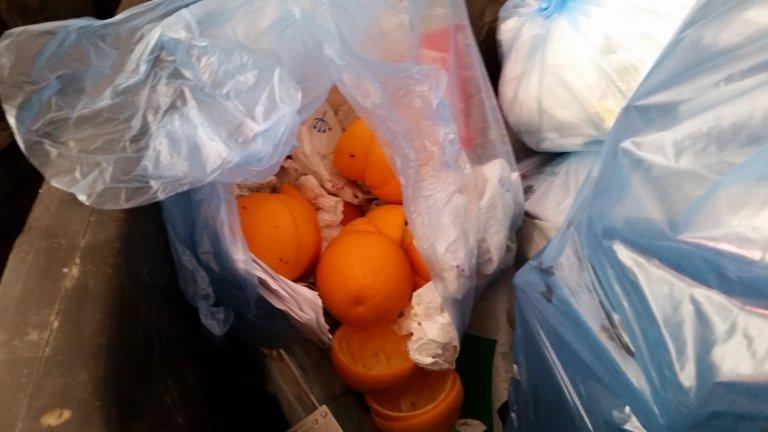 Jedzenie wyrzucone na śmietnik.