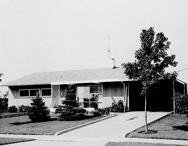 Widok z ulicy jednego z domków na osiedlu Levittown