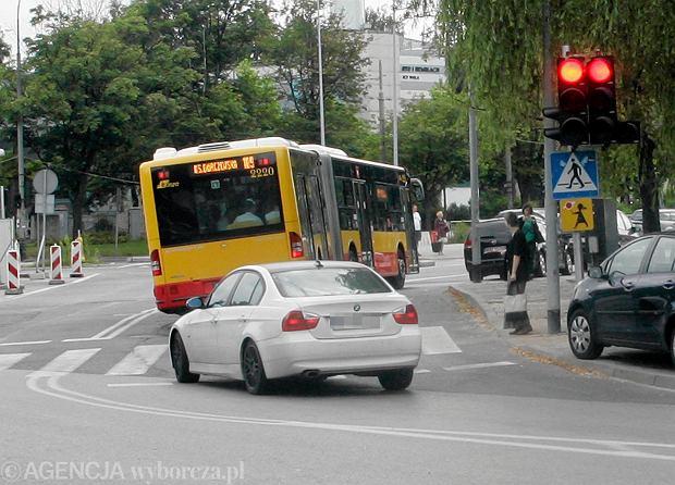 Autobusy je�d�� na czerwonym. Zgin�a tu m�oda kobieta