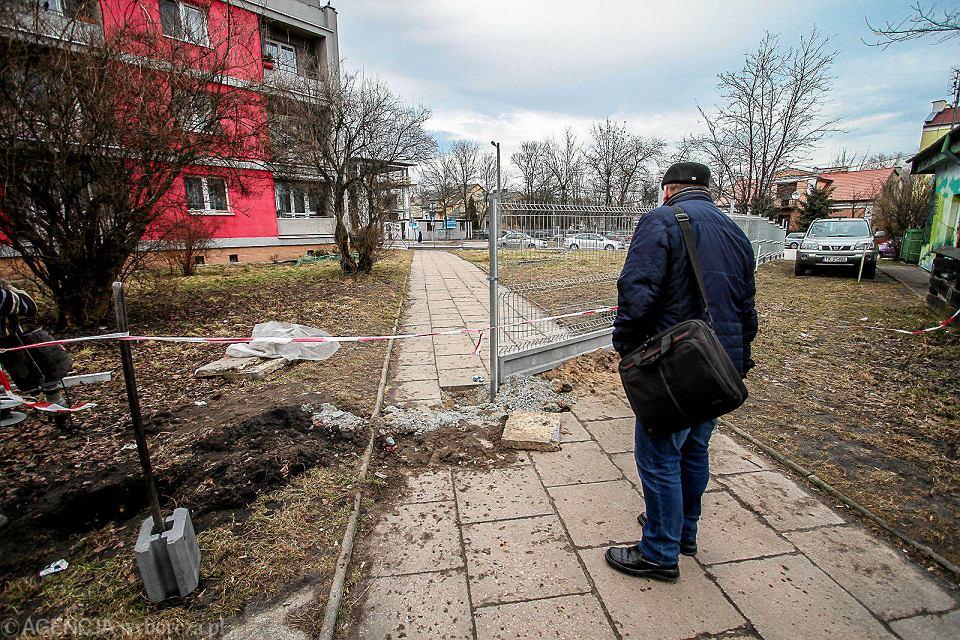 Kielce, 12 marca 2018. Zagrodzony przez wspólnotę mieszkaniową chodnik przy ul. Piekoszowskiej 3