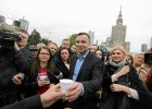 """""""Gratulujemy, b�dziemy pana wspiera�!"""" vs """"Nast�pny Gli�ski!"""". Warszawiacy reaguj� na Dud�, kt�ry rozdaje kaw� pod Metrem Centrum"""