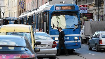 Ul. Długa: tramwaj zablokowany przez samochód