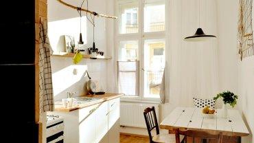 Kuchnia jest jasna i przytulna. Stół i krzesła powstały ze znalezionych sprzętów.