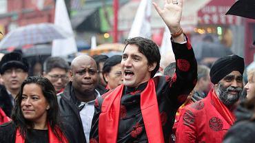 Parada z okazji Chińskiego Nowego Roku w Vancouver. Premier Kanady Justin Trudeau w towarzystwie minister sprawiedliwości Jody Wilson-Raybould z?plemienia We Wai Kai i ministra obrony narodowej Harjita Sajjana, sikha urodzonego w Bombeli w indyjskim stanie Pendżab