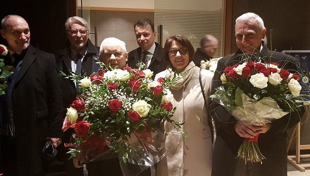 A. Macierewicz, W.Waszczykowski, J. Kaczyński, M. Błaszczak, B. mazurek i P. Naimski oczekują na przylot polskiego rządu ze szczytu w Brukseli