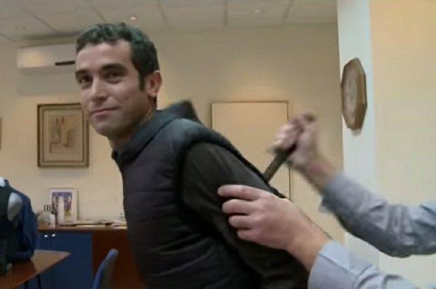 Izraelski reporter dźgnięty nożem podczas testu kamizelki ochronnej.