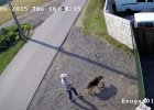 Ultramarato�czyk Piotr Kury�o przywi�za� w upale psa do bramy schroniska i biegnie do Aten [WIDEO]