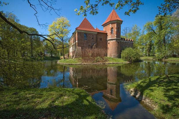Zamki w Polsce. Zamek w Oporowie / shutterstock
