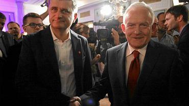 """Janusz Palikot i Leszek Miller po podpisaniu porozumienia """"Za Europą, przeciw faszyzmowi"""" 17 listopada 2012 r."""
