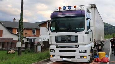Polski kierowca ciężarówki zniszczył świeży asfalt w Czechach
