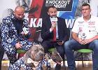 Artur Szpilka zrobił show na konferencji prasowej. Ubrał swoje psy w... garnitury!