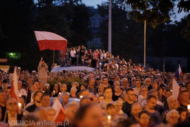 Zdjęcie numer 11 w galerii - Tłumy przed Sądem Okręgowym w Łodzi. Kolejny dzień protestów przeciwko zmianom PiS w sądownictwie [ZDJĘCIA]