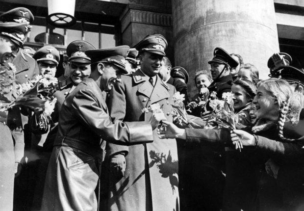 Namiestnik Kraju Warty utrzymywał zażyłe kontakty z nazistowską elitą. W Poznaniu bywał u niego szef SS Heinrich Himmler czy minister propagandy Joseph Goebbels (na tym zdjęciu z 16 marca 1941 r.: na schodach poznańskiej opery witany przez dzieci; w środku Greiser).