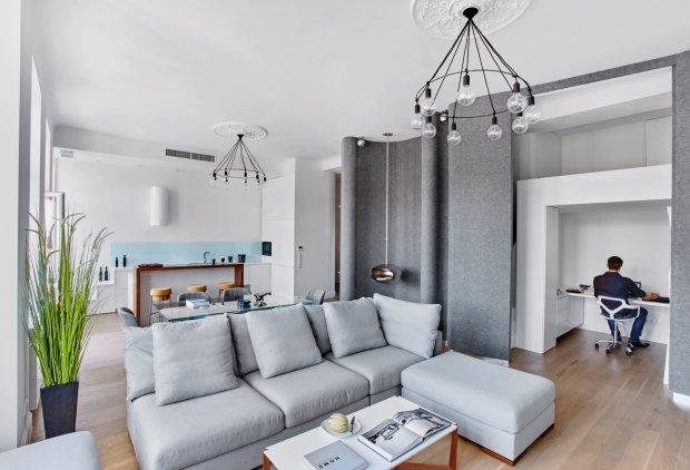 Domowe biuro jest jednym ze znak�w szczeg�lnych mieszkania. Architekt zaprojektowa� nad nim antresol� z dodatkowym miejscem do spania, a ca�o�� mo�na zas�oni� przesuwaj�c filcowe panele. W jednym z mi�kkich za�ama�