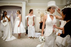 Marzenie każdej panny młodej? Te suknie ślubne są białe, stylowe, bardzo ozdobne i... wykonane z papieru toaletowego