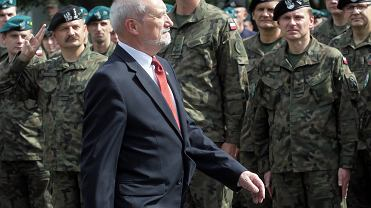Antoni Macierewicz podczas ćwiczeń wojskowych