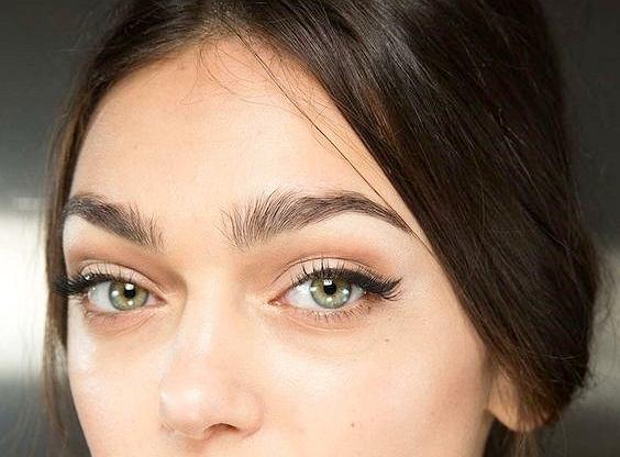 """Feathered brows - czym są """"pierzaste"""" brwi i jak uzyskać taki efekt"""