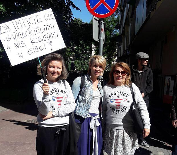 Działaczki organizacji 'Kobiety w sieci' przed przesłuchaniem przez policję