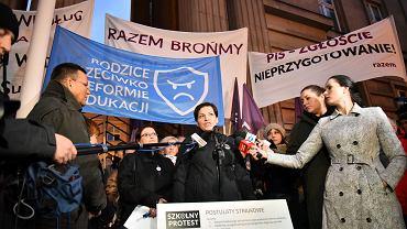 Pikieta rodziców i nauczycieli przeciwko reformie edukacji rządu PiS