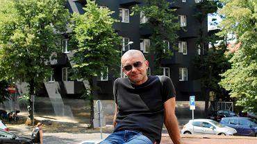 Robert Konieczny przy swoim najnowszym budynku - Unikato w Katowicach