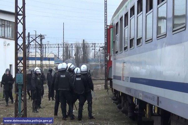 Policja i Stra� Ochronny Kolei �wiczy�a walk� z kibolami [ZDJ�CIA]