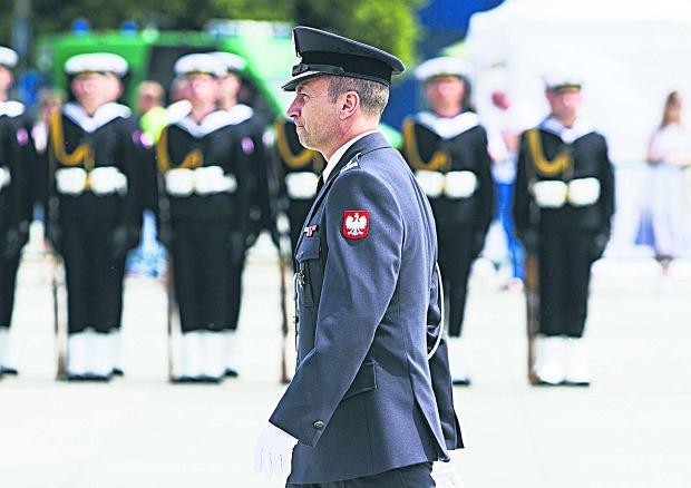 Generał Głąb rozkazuje żołnierzom oglądać TVP Info [SYLWETKA]